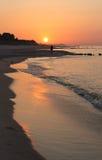 Puesta del sol maravillosa en la costa polaca. Fotos de archivo
