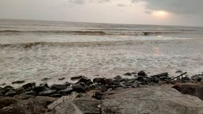 Puesta del sol maravillosa en la costa en Tithal, Gujarat, la India imagen de archivo libre de regalías