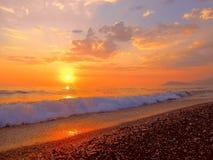 Puesta del sol maravillosa, ondas en la orilla Foto de archivo libre de regalías