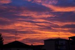 Puesta del sol maravillosa sobre ciudad Imagenes de archivo