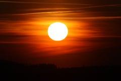 Puesta del sol maravillosa sobre el bosque Fotografía de archivo