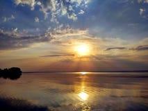 Puesta del sol maravillosa sobre el río de Dnieper Imagenes de archivo