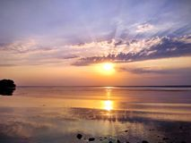 Puesta del sol maravillosa sobre el río de Dnieper Foto de archivo