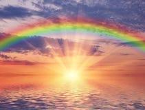 Puesta del sol marina con un arco iris Foto de archivo libre de regalías