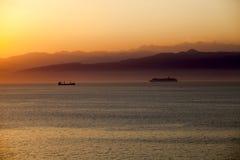 Puesta del sol mediterránea con un barco de cruceros Fotografía de archivo libre de regalías