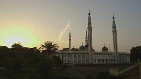 Puesta del sol, mezquita magnífica de Conakry Guinea metrajes