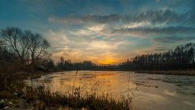 Puesta del sol misteriosa durante el último otoño de congelación del lago Paisaje Fotografía de archivo libre de regalías