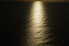Puesta del sol misteriosa que muestra la raya de la luz sobre el océano Imagen de archivo libre de regalías