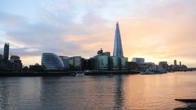 Puesta del sol moderna del paisaje urbano de Londres almacen de video