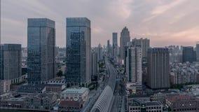 Puesta del sol moderna urbana del crepúsculo del timelapse del paisaje del horizonte de la ciudad de Wuhan China almacen de metraje de vídeo