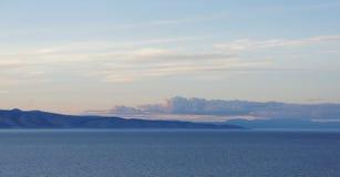Puesta del sol, montañas, el lago Baikal, mar, cielo Fotos de archivo
