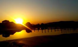 Puesta del sol, montañas hermosas fotos de archivo