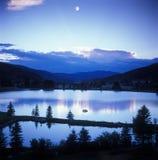 Puesta del sol/moonset de la montaña Imagen de archivo libre de regalías