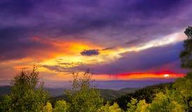 Puesta del sol multicolora fotografía de archivo