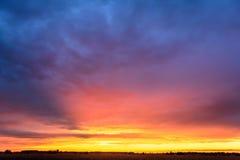 Puesta del sol multicolora fotos de archivo