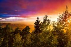 Puesta del sol multicolora fotografía de archivo libre de regalías