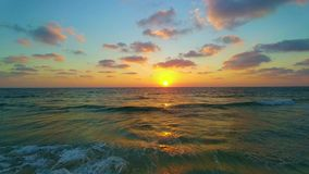 Puesta del sol muy hermosa en el mar almacen de metraje de vídeo