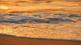 Puesta del sol muy hermosa en la costa Playa y ondas de Sandy que batieron en la playa almacen de video