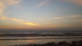 Puesta del sol muy hermosa en la playa Foto de archivo libre de regalías