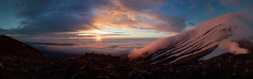 Puesta del sol Nevado sobre Mt Taranaki (Egmont), Nueva Zelanda Foto de archivo