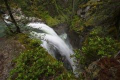 Puesta del sol del norte y nubes de la montaña de las cascadas Foto de archivo libre de regalías