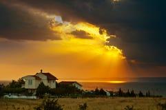 Puesta del sol - nubes - casa Imagenes de archivo