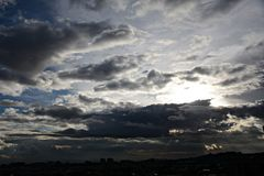Puesta del sol nublada fotografía de archivo