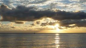 Puesta del sol nublada. imagen de archivo libre de regalías