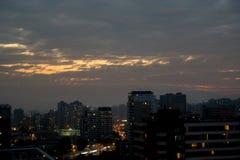 Puesta del sol nublada de la ciudad Fotografía de archivo