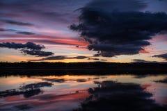 Puesta del sol nublada en la presa de Koprinka Foto de archivo libre de regalías