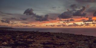 Puesta del sol nublada hermosa en los acantilados, Malta - imagen foto de archivo