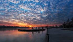 Puesta del sol nublada del invierno hermoso en el parque imagenes de archivo