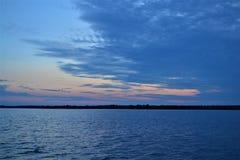 Puesta del sol nublada sobre el lago Wisconsin Shawano Imágenes de archivo libres de regalías