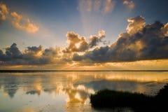 Puesta del sol nublada sobre el océano Fotografía de archivo libre de regalías