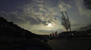 Puesta del sol nublada sobre la carretera Imagen de archivo libre de regalías