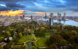 Puesta del sol nublada sobre Rotterdam Imagen de archivo libre de regalías