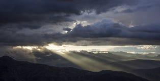 Puesta del sol o salida del sol con las nubes en la montaña fotografía de archivo