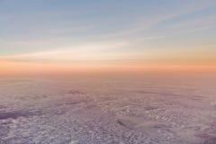 Puesta del sol o salida del sol sobre las nubes Foto de archivo