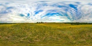 Puesta del sol o salida del sol en el campo verde con el cielo azul Imagen con el panorama esférico 3D con ángulo de visión 360 A fotografía de archivo