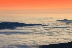 Puesta del sol o salida del sol hermosa sobre las nubes Imagenes de archivo