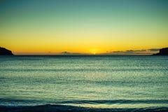 Puesta del sol o salida del sol sobre superficie del mar imagenes de archivo