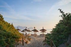 Puesta del sol o salida del sol tropical en una playa del centro turístico Foto de archivo