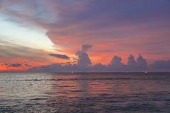 Puesta del sol púrpura asombrosa en el mar de andaman, Phuket Fotos de archivo libres de regalías