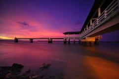 Puesta del sol púrpura en la foto de la acción del embarcadero de Bagan Datoh Malaysia Foto de archivo libre de regalías