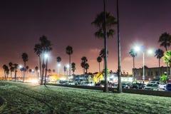 Puesta del sol púrpura en la playa de Newport, California fotografía de archivo