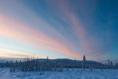 Puesta del sol púrpura en Oymyakon - poste de frío fotos de archivo