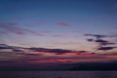 Puesta del sol púrpura hermosa en la playa de la montaña Imagenes de archivo