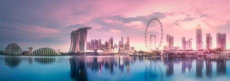 Puesta del sol púrpura del horizonte de la bahía del puerto deportivo, Singapur Fotografía de archivo libre de regalías