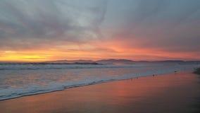 Puesta del sol púrpura rosada amarilla sobre la playa 4k Fotos de archivo