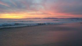 Puesta del sol púrpura rosada amarilla sobre la playa 4k Fotografía de archivo